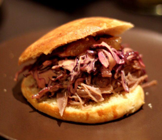 Jule Pulled Pork Burger med pulled duck, rødkålsslaw og æblechutney...