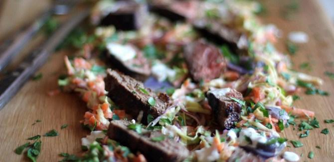 Engelsk bøf med ras el hanout, coleslaw og Blå Congo