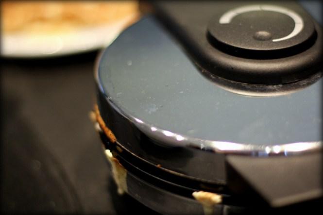Når du laver vafler, så skal der lige fylde lidt dej ud over kanten på jernet...