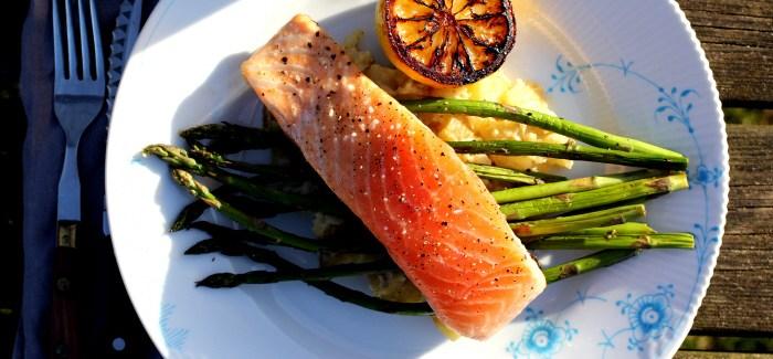 Sommermad: Laks med flødestuvede danske kartofler og asparges