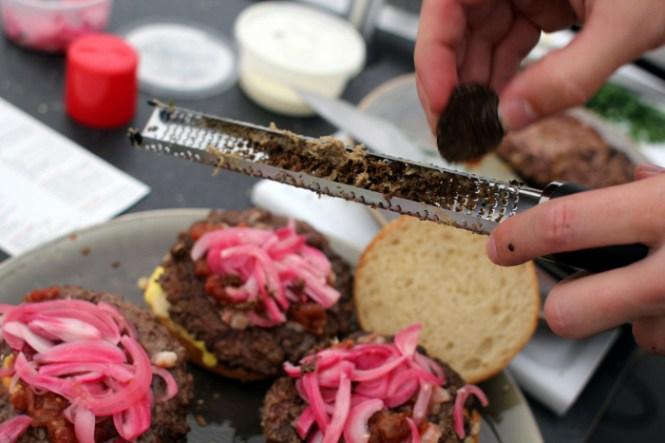 Lige lidt trøffel over vores burgere med syltede løg, marv og limousine kød!