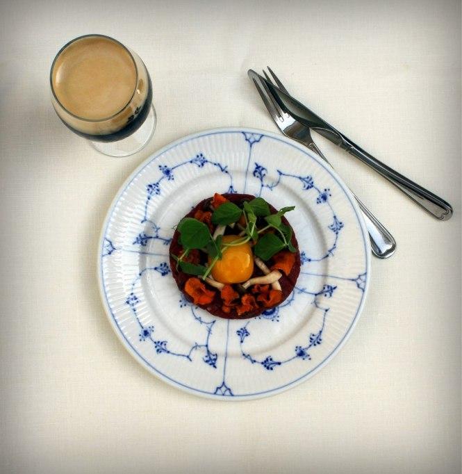 2015.Tatar med syltede svampe og gulerodschips_Restaurant Kronborg_02