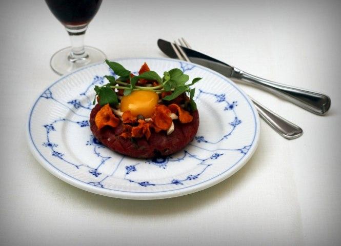 2015.Tatar med syltede svampe og gulerodschips_Restaurant Kronborg_03
