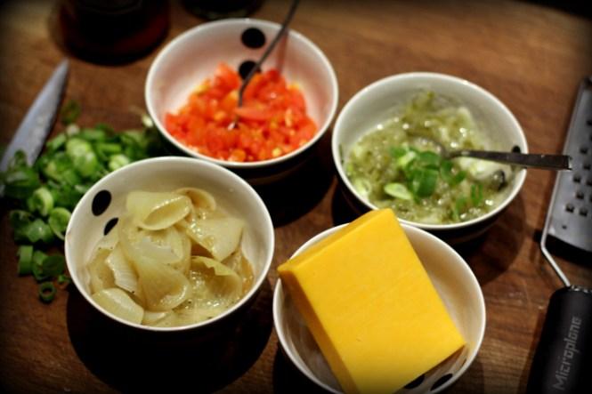 Tomat, relish, løg og cheddar...