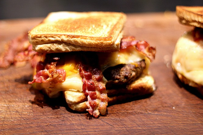 Og så er vores Double Bypass Burger klar!