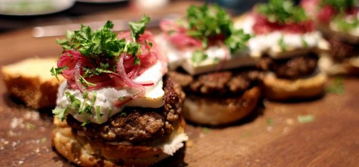 Påskemad: Lammeburger med feta og syltede løg…