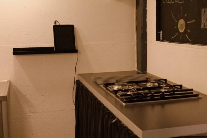 Billig IKEA bordplade, SMEG gaskogeplade. Musikken leveres af en gammel udtjent iPad.