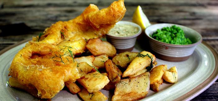 Fish 'n' Chips med ærtemos og tartarsauce