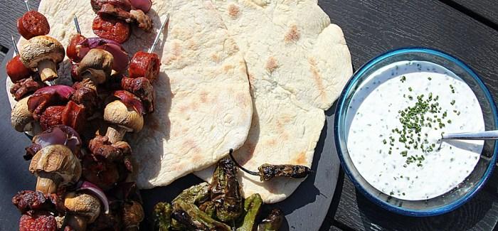 Grillet fladbrød med lammespyd og Pimientos de Padron