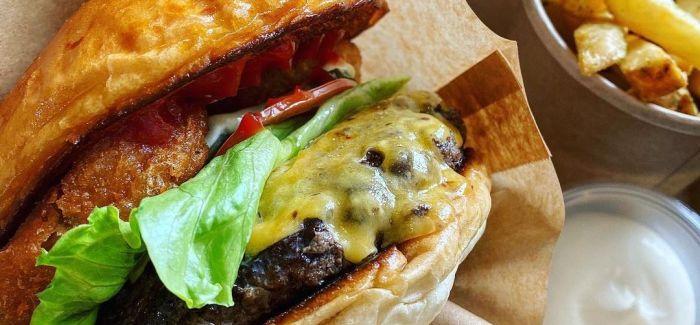 Hjemmelavet Burger – opskriften med perfekte bøffer & burgerboller