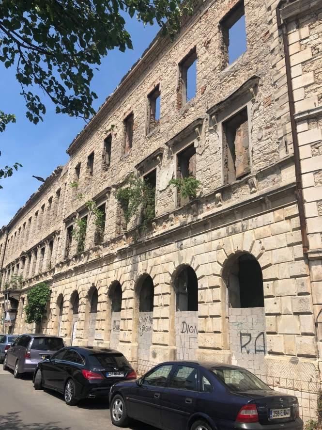 Balkan på vrangen - sønderbombet hus i Mostar.
