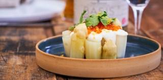 DANMARKS STØRSTE PÅSKEFROKOST: Hvide asparges med røget creme fraiche og rogn
