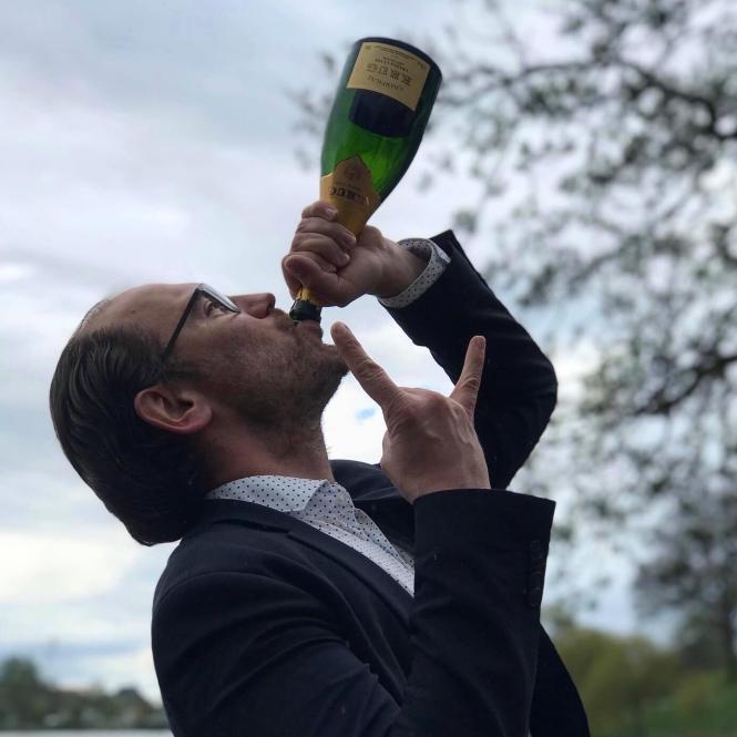 Johan Johansen drikker Krug