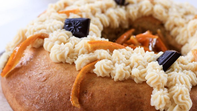 Rosca de Reyes con chocolate y naranjas caramelizadas