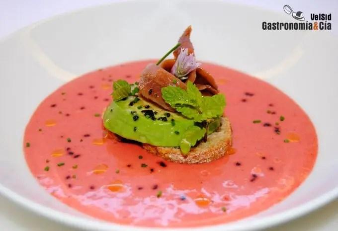 Sopa de fresas con aguacate y anchoas