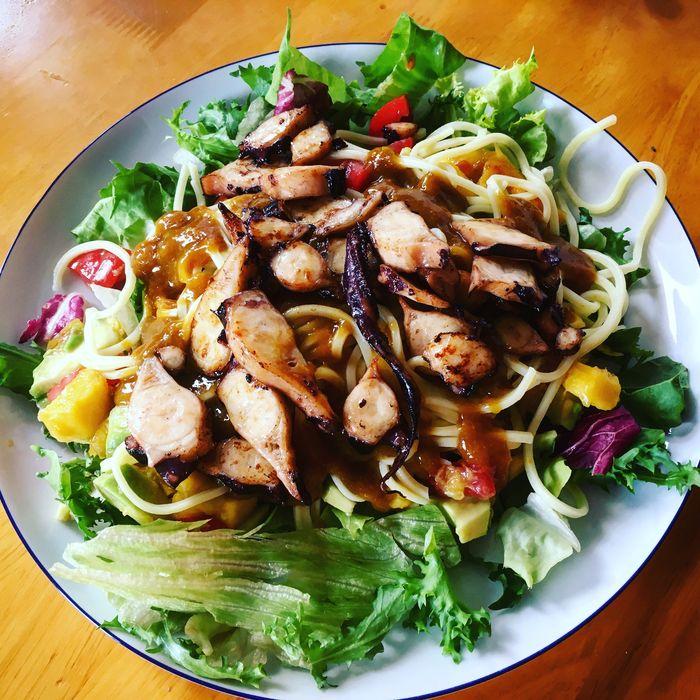 Thajský nudlový salát s avokádem nagem a teriyaki chobotnicí
