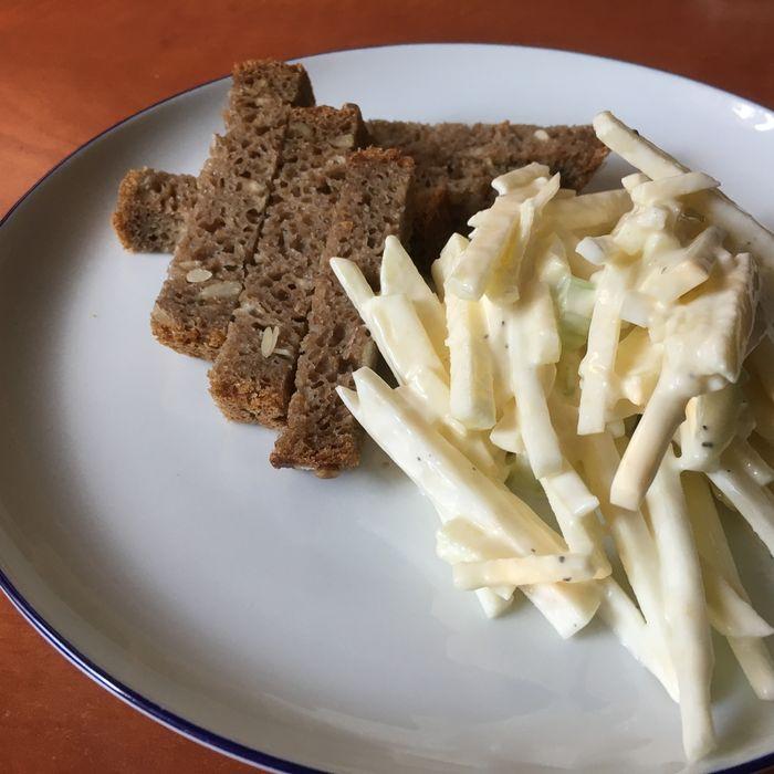 Salát Waldorf s žitným chlebem