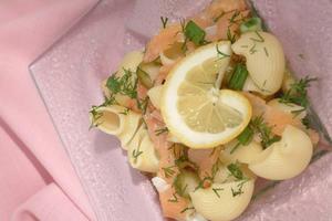 Prezentarea preparatului: salata cu somon si marar