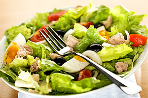 Salata de ton, inainte de servire intr-o farfuri
