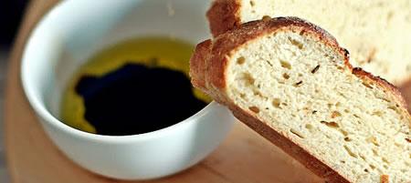 Cateva felii de paine de casa inainte de servire, sprijinite pe o ceasca cu ceai