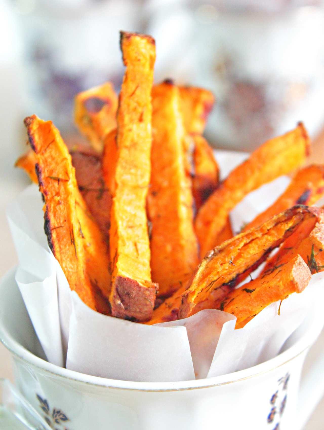 Fă niste cartofi pai sănătoși fără a sacrifica gustul cu acesti cartofi dulci pai cu usturoi la cuptor! Grozavi ca aperitiv dar si o gustare sănătoasă si hrănitoare!