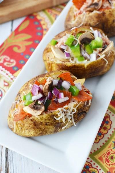 Perfect pentru orice evenimente, petreceri sau grătaruri, acesti cartofi copti umpluti sunt plini de pepperoni, ciuperci, ardei și cascaval delicios!