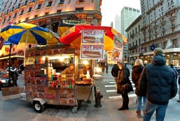 Puesto de hot dogs en una calle neoyorquina
