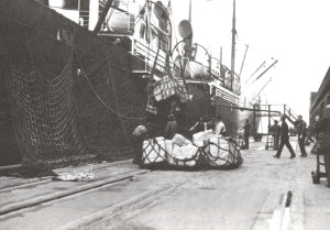 Unloading silk bales at Vancouver dock to be transferred to a waiting train. A whole train could be loaded in less than ten minutes. © Canada Science and Technology Museum (Collections Canada)