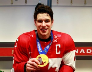 Sidney Crosby shows his gold medal at the 2014 Olympic Winter Games in Sochi. Photo: Jeff Vinnick / HHOF-IIHF Images