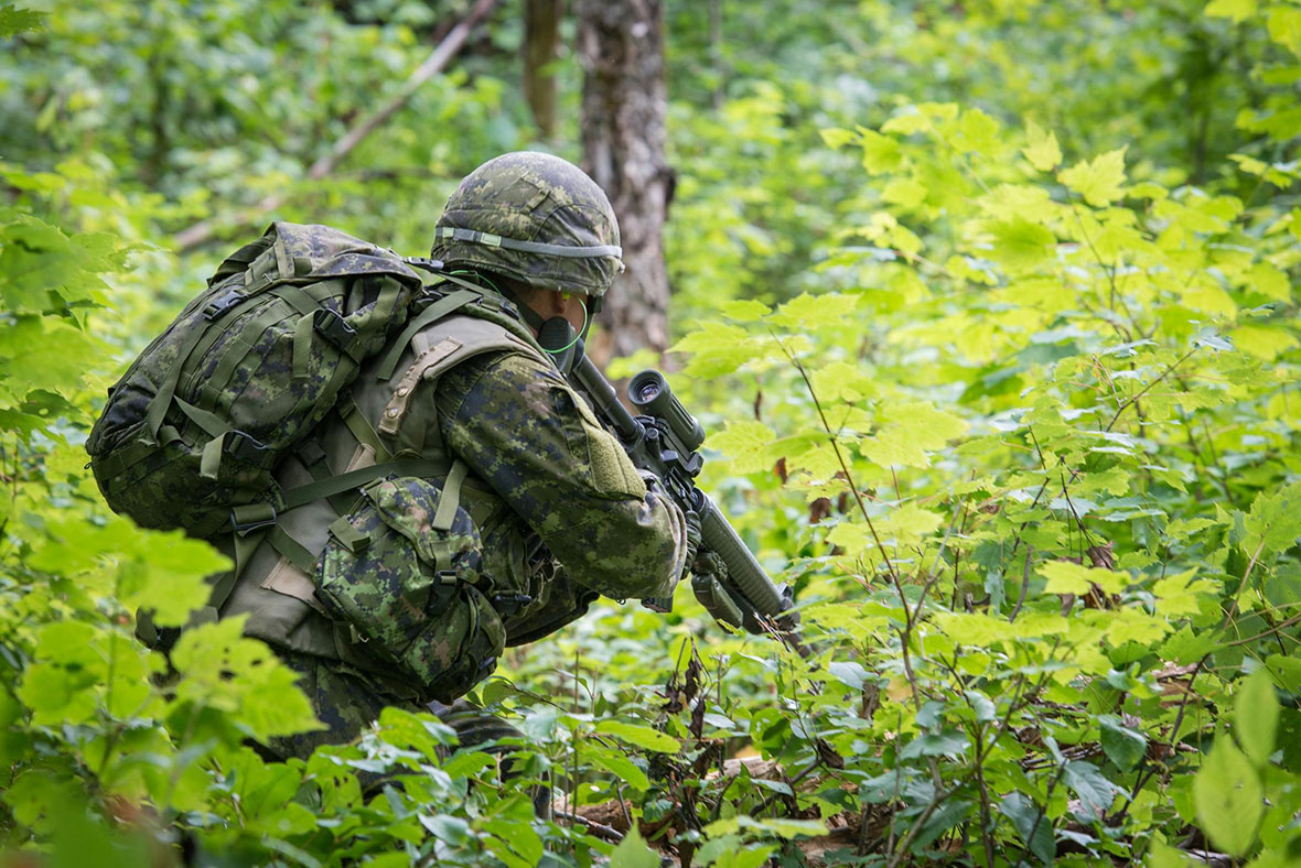 August 6, Quebec, Canada A soldier from the 2nd Canadian Division moves forward in a live-fire bush lane during exercise NOBLE GUERRIER 2016, an exercise involving 34 and 35 Canadian Brigade Group reservists at 2nd Canadian Division Support Base Valcartier from August 5 to 14, 2016. Photo: MCpl Patrick Allaire, 35 CBG HQ