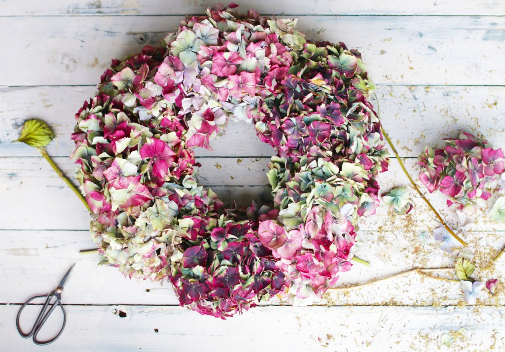 diy autumn hydrangea wreath.