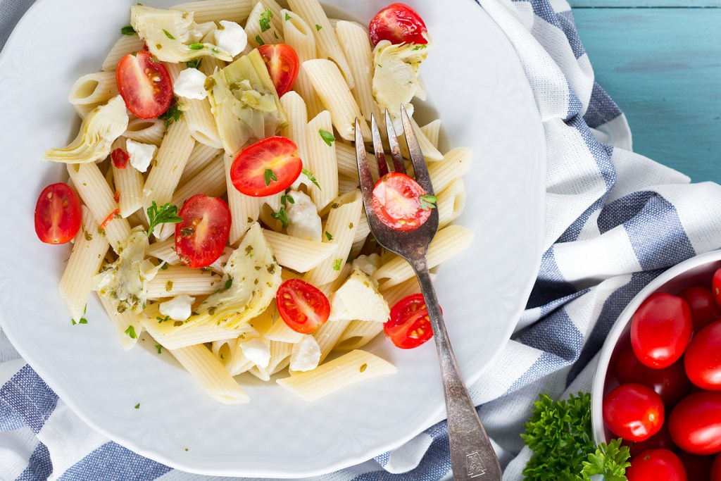 5 Ingredient Penne Pasta Salad - Easy penne pasta salad recipe, ready in 20 minutes. Perfect summer side dish. Combine artichokes, tomatoes, feta and pasta