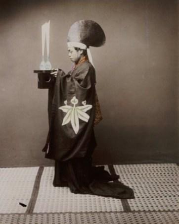 shintopriestofferingsaketokami