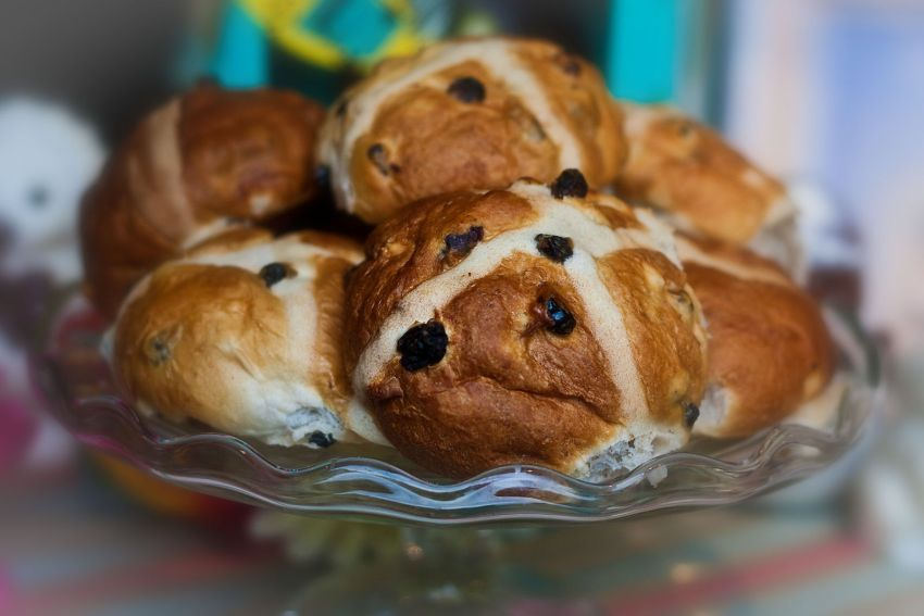 Hot_Cross_Buns_at_Fortnum_&_Mason,_Piccadilly,_April_2010