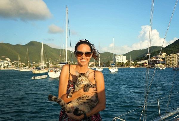 Gata adotada viaja o mundo com seus dois humanos5