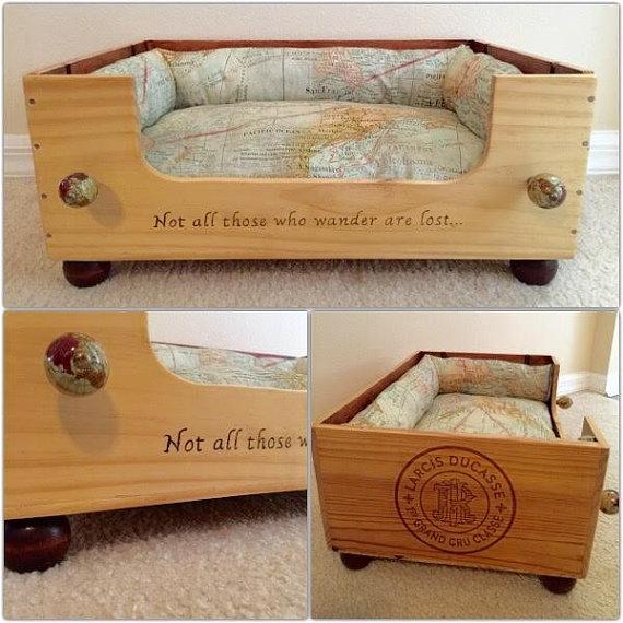 Mais uma opção com caixotes de vinho, o detalhe é em pirógrafo e puxadores de gaveta. Design de PatterdaleTalesLLC, Etsy.