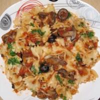 Farfalle cu sos de roșii, ciuperci și măsline – o rețetă care se poate mânca în timpul postului.