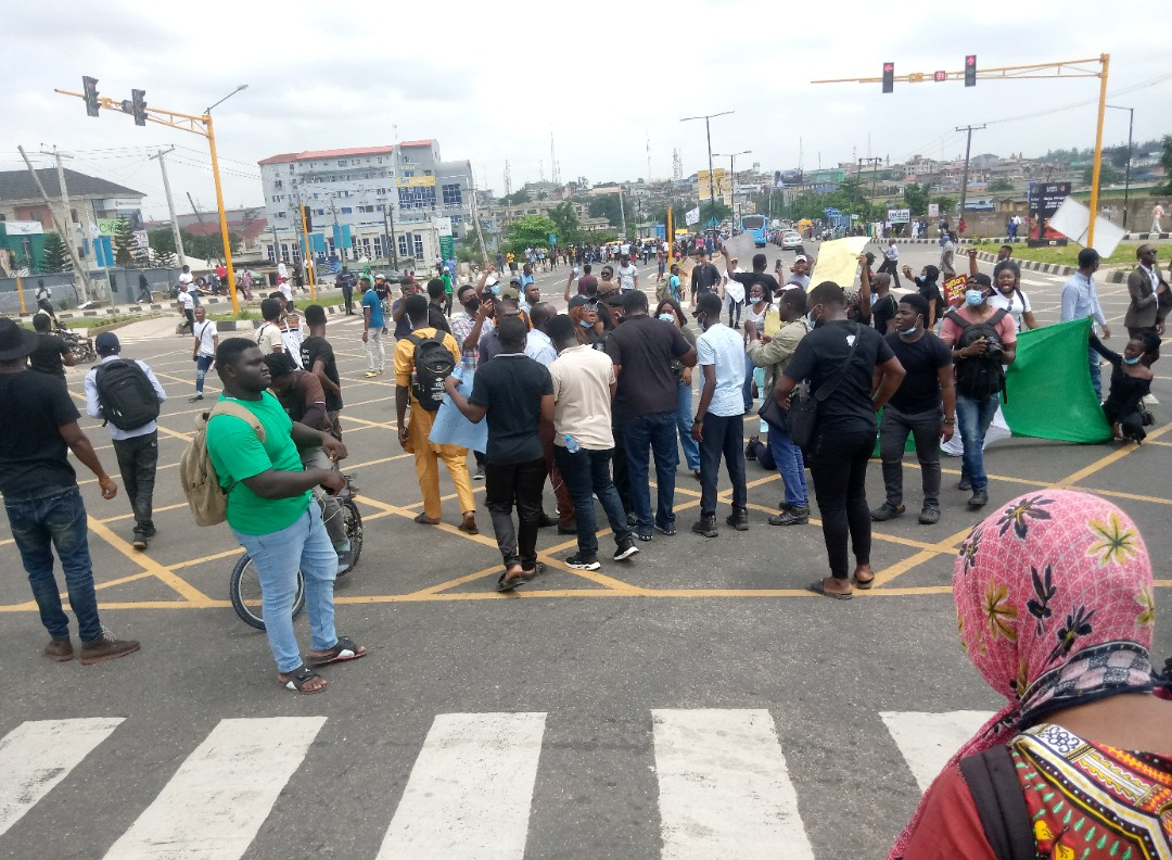 End SARS: Gridlock as protesters block road in Abeokuta [VIDEO]