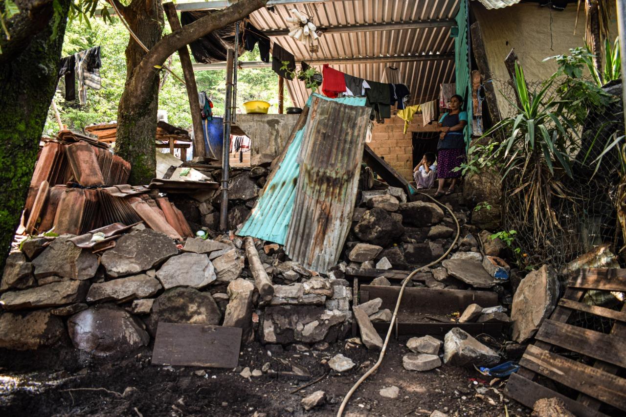 Las intensas lluvias generadas por las tormentas tropicales Amanda y Cristóbal, provocaron varios derrumbes en el lago de Coatepeque. La familia Alvarado es una de las afectadas. Foto/Carolina Amaya