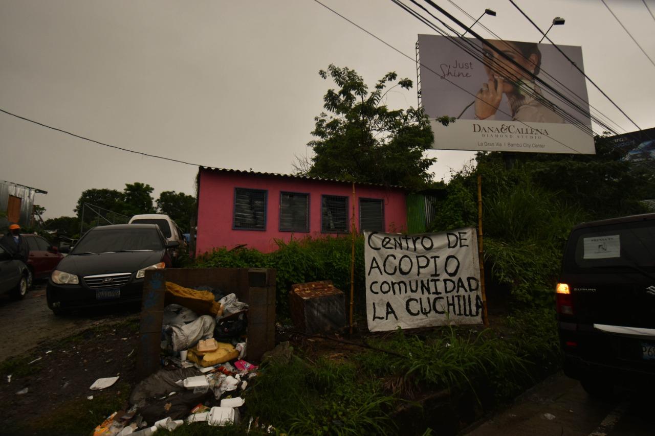 """Los habitantes de """"La Cuchilla"""" han habilitado en centro de acopio en la casa comunal. La ayuda que reciben se reparte entre los miembros de la comunidad. Foto/Emerson Flores"""
