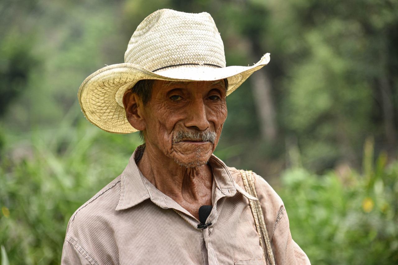 Feliciano Mate, de 78 años, es uno de los agricultores afectados con el cierre del camino vecinal. La mayoría de habitantes de Anal abajo y Anal arriba se dedican a la agricultura. Durante la cuarentena salieron a cultivar, ya que esa es su fuente de ingresos y alimentación. Foto/Emerson Flores