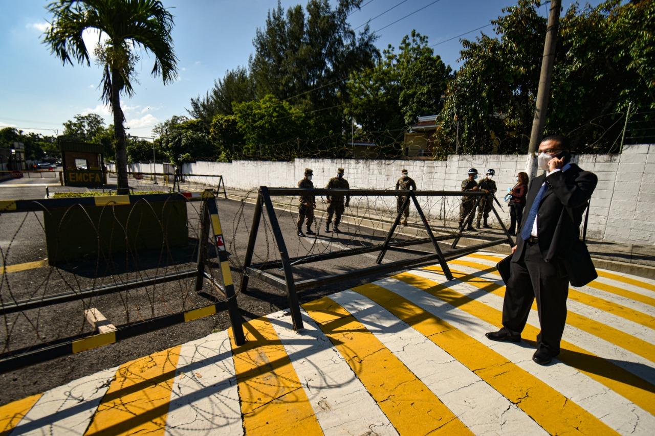 David Morales de Cristosal contempla la entrada del Estado Mayor cerrando el paso para el equipo que el día lunes empezaría a inspeccionar los archivos militares. Foto/Emerson Flores