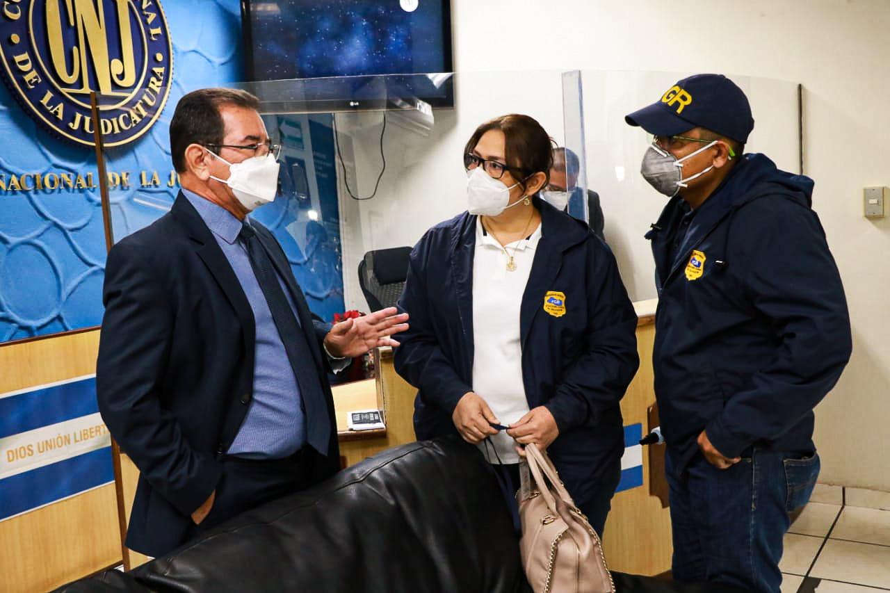 El juez del caso El Mozote se hizo presente a las instalaciones del Estado Mayor de manera puntual, pero se encontró con un grupo de soldados detrás del alambrado. Foto/FGR
