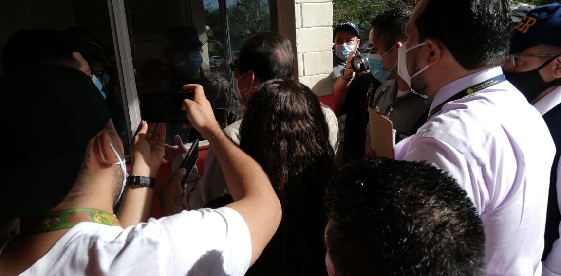 La oficial de artillería que atendió al juez no se quiso identificar ni revelar quién le había dado la orden de bloquearlo. Foto/Cristosal.