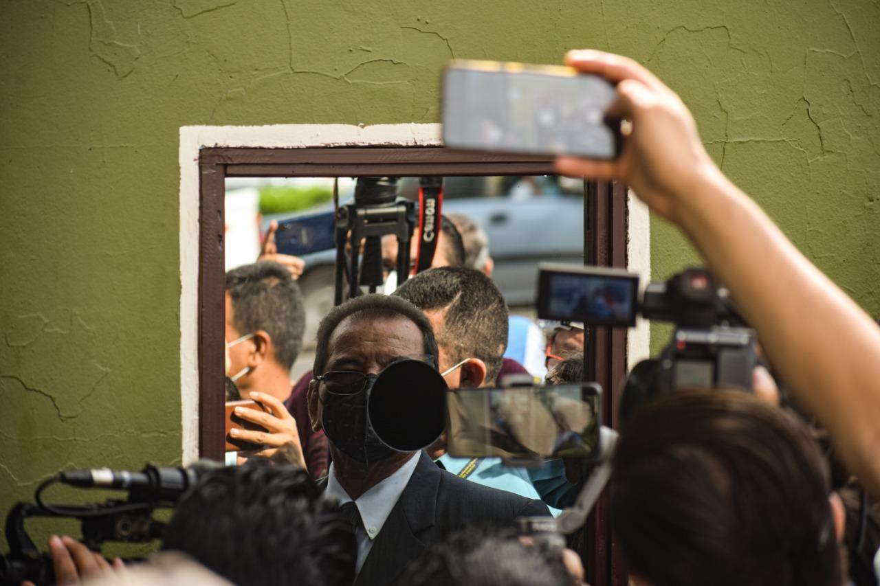 Un militar que no quiso revelar su identidad ni su rango le negó la entrada al juez Guzmán desde una ventanilla de la Tercera Brigada de Infantería de San Miguel. Foto/Emerson Flores.