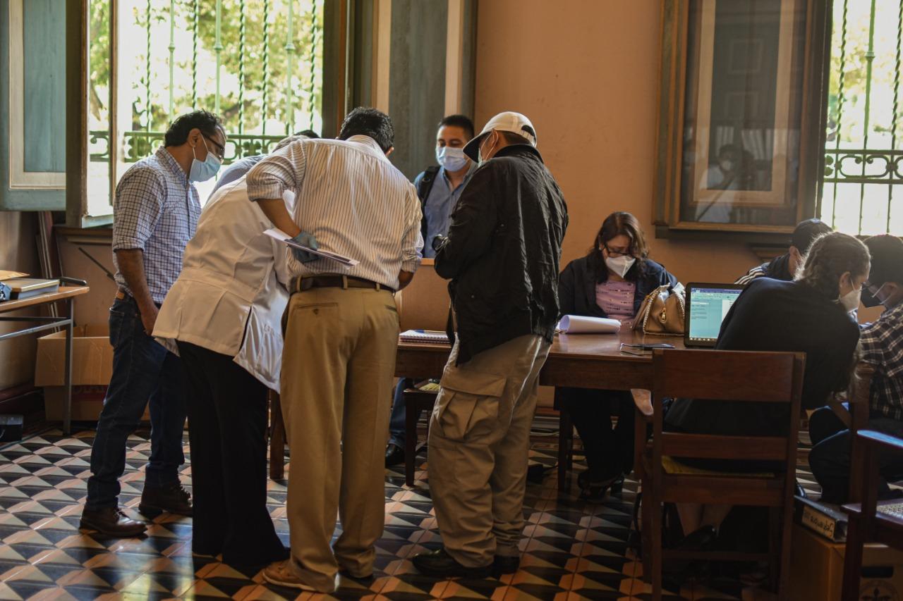 Los peritos documentalistas revisan los archivos relacionados al caso El Mozote. Durante la investigación no encontraron las actas de expurgo de los documentos que el presidente Bukele dijo que habían sido destruidos. Foto/Emerson Flores.