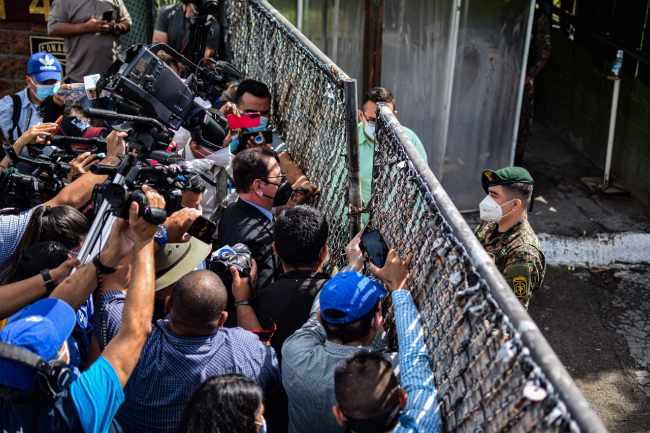 Los intentos de inspección de los archivos militares culminaron el 29 de octubre en el Destacamento Militar Número 4 de San Francisco Gotera. El ejército persistió en bloquear el ingreso del juez por orden del presidente Bukele. Foto/Emerson Flores.