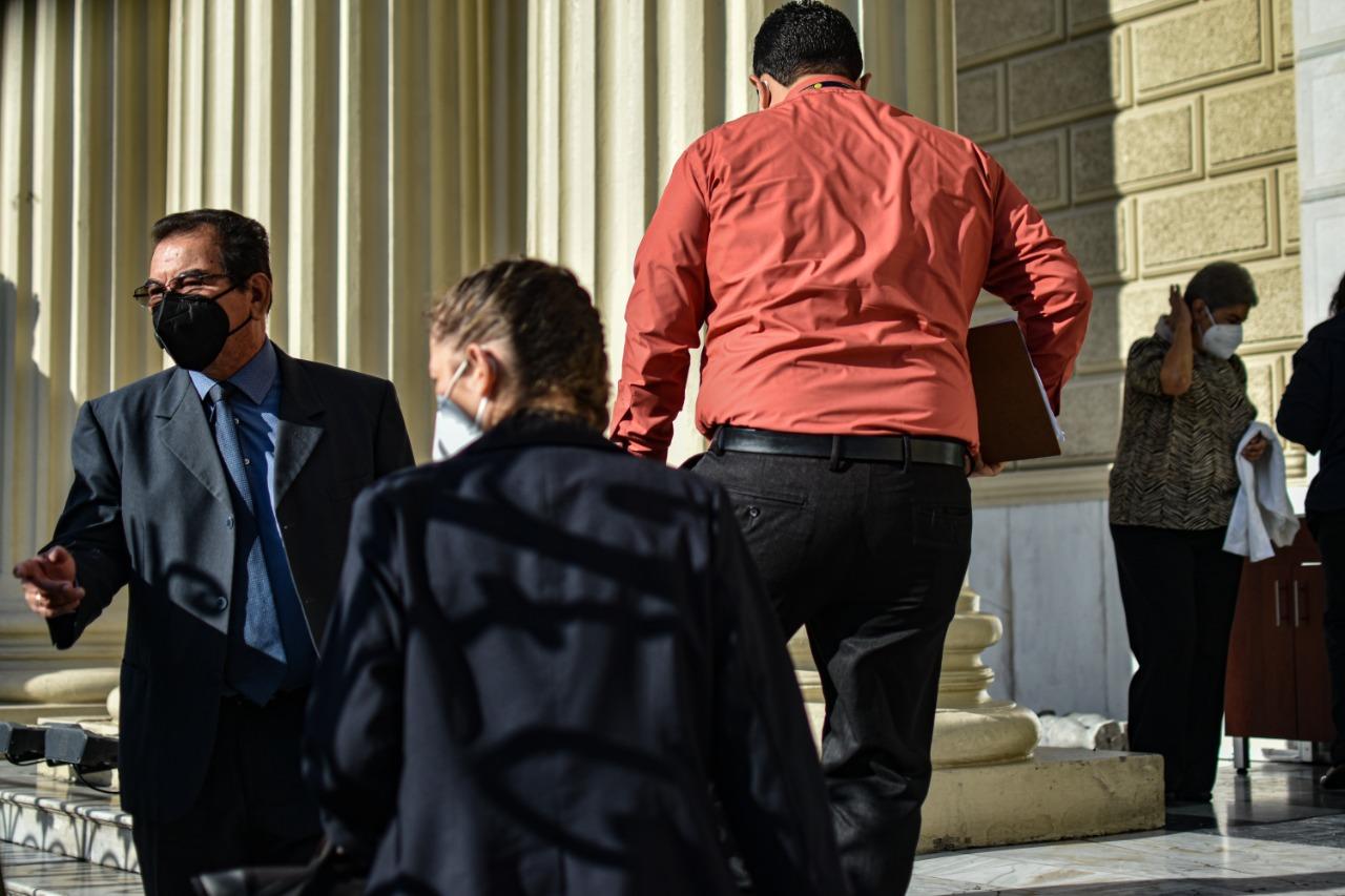 El juez Guzmán ingresa con los peritos documentalistas y las partes procesales, para inspeccionar los archivos dentro del AGN. Foto/Emerson Flores.