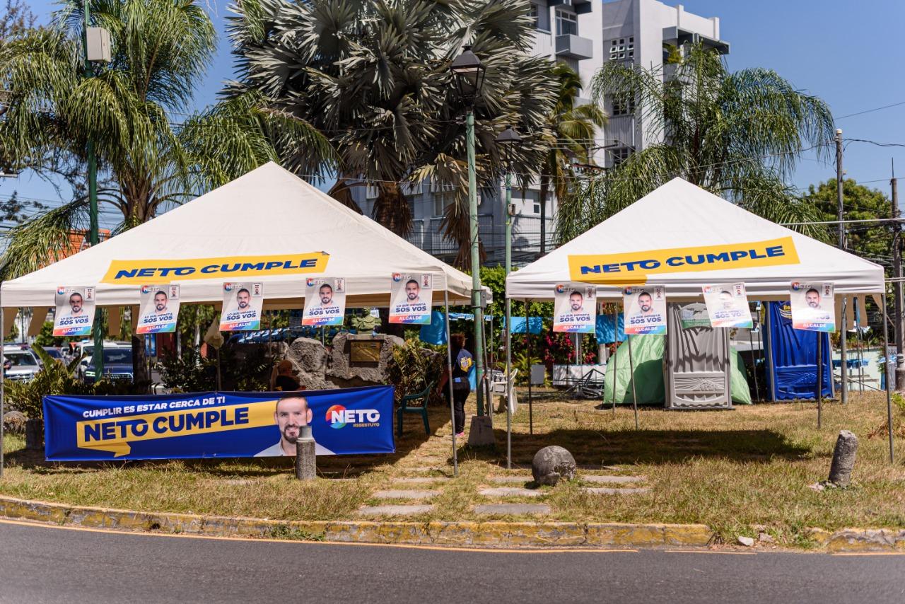 Propaganda electoral cerca del centro de votación, lo que roza con la ilegalidad ya que en los centros de votación esta práctica está prohibida. Foto/Emerson Flores