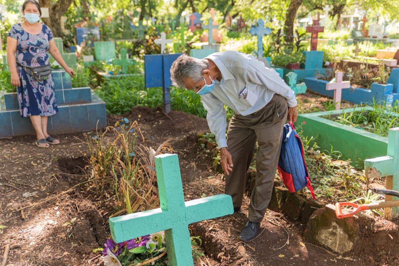 José Cruz limpia las tumbas donde enterró a su hija Mirna y nieta Jaqueline. Foto/Emerson Flores